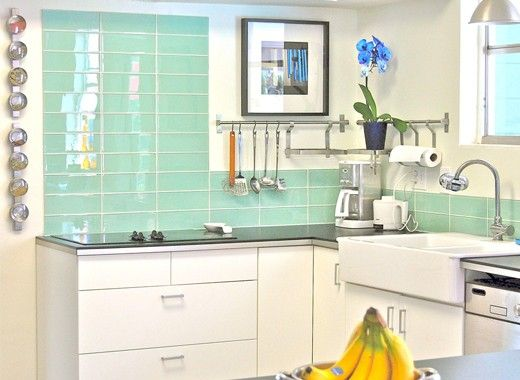 Стеклянная плитка в кухне