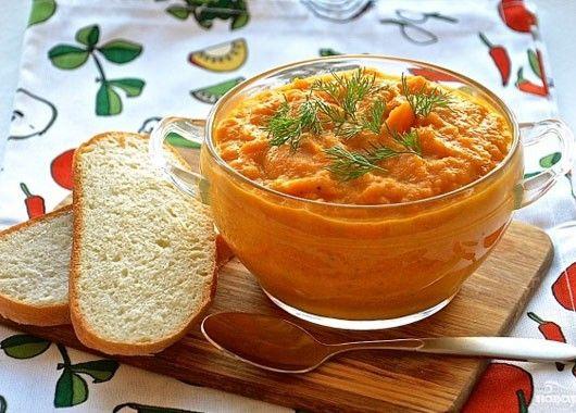 Кабачкова икра. Обжарить мелко нарезанную морковь и лук. Затем добавить порезанные на небольшие куски кабачки, подсолнечное масло, соль, специи, немного сахара и томатную пасту или свежие помидоры, хорошенько перемешать и тушите до готовности.