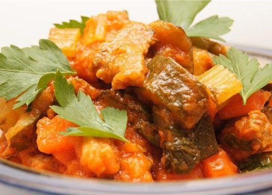 Рагу с говядиной. Нарезать мясо мелким кубиком по 1см, так же нарезать лук, морковь, кабачки и сельдерей. На разогретом масле в сковороде обжарить сначала лук, потом мясо и жарить до его почти полной готовности около 20мин, затем положить морковь, сельдерей и кабачки, под крышкой потушить все 15мин, далее добавить специи, поперчить, посолить, влить томатный сок и под крышкой потушить до загустения соуса.