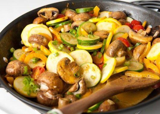 Рагу из кабачков и грибов. Обжарить грибы на масле с луком (если лесные – предварительно их отварить), крупным кубиком нарезать кабачок и помидоры, добавить к грибам с луком, вместе обжарить 5-7 мин. Влить к продуктам воду так, чтобы она их едва покрывала, подсолить, довести до кипения и затем на минимальном огне протушить 1-1,5 ч до готовности под крышкой.