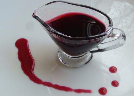 Сироп из вишни.  1 л вишневого сока, 0.75 л воды, 750 г сахара. Вишни промыть, размять и отжать сок.  Из воды и сахара сварить густой сироп, снять пену, влить в него вишневый сок и немного поварить. Затем снять пенку и охлажденный сироп разлить в подготовленные бутылки.