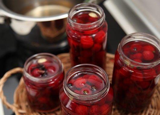 Вишня маринованная. Состав заливки на 1 л воды: 700 г сахара, 2/3 стакана столового уксуса. На литровую банку: 7-10 горошин душистого перца, кусочек корицы. Приготовить маринад: в воде растворить сахар, довести до кипения, добавить пряности и уксус.  Зрелую вымытую вишню уложить в банки по плечики, залить горячим маринадом и стерилизовать в кипящей воде 3-5 минут.