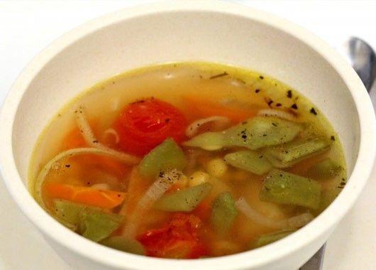 Суп из зеленых томатов и кукурузы. Лук и чеснок очистить, нарезать на мелкие кусочки. Помидоры нарезать на небольшие кубики.  На среднем огне в кастрюле нагреть масло, переложить лук с чесноком и обжарить до мягкости. Добавить в кастрюлю молотый тмин, кукурузные зерна и помидоры. Все хорошо перемешать и варить в течение 5 минут на среднем огне. Влить в кастрюлю овощной бульон, сделать минимальным огонь и варить до готовности. Добавить по вкусу перец и соль.