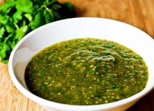 Сальса-верде. Понадобятся зеленые помидоры, лук, кориандр, соль, перец. Положить все ингредиенты в кастрюлю и хорошо перемешать миксером или кухонным комбайном. Использовать как гарнир для тако или в дополнение к другим блюдам.
