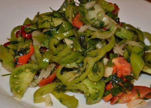 Салат. Нарезать помидоры, перец, огурцы, лук нарезать полукольцами. Добавить к овощам соль, хорошо перемешать. Полить растительным маслом.