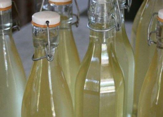 Вино из крыжовника. 1 кг крыжовника, 2 ст. сахара, 1 л. воды. Крыжовник разомните. Из сахара и воды сварите сироп (сахар должен полностью раствориться). Сироп остудите, залейте им ягоды. Перемешайте ягоды с сиропом деревянной ложкой, накройте банку марлей и оставьте на 6-7 дней в теплом месте. Мезгу удалите, жидкость процедите и оставьте на 6-7 недель.