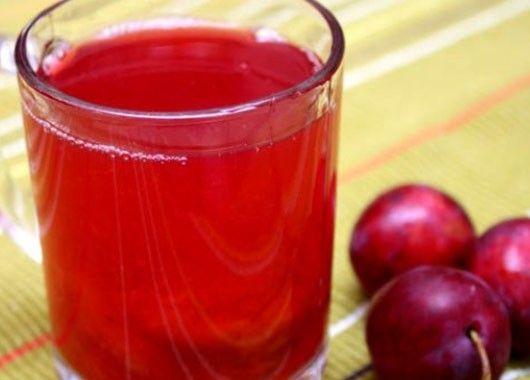 13. Компот. 500 г слив, 150 г сахара, 1,5 л воды, немного корицы. Сливы вымыть, вынуть косточки. Вскипятить воду с сахаром и корицей, добавить сливы, довести до кипения и оставить настояться. Можно подавать в горячем и холодном виде. Если в горячий компот добавить немного красного вина, получится вкусный согревающий напиток.