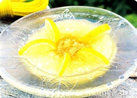 9. Десерт с лимоном.  1-1.5 кг дыни, 2-3 ст.л. сахара, лимон. Дыню нарезать кубиками, снять цедру с лимона, отжать из мякоти сок, приготовить из сока лимона и сахара густой сироп, добавить в него 1-2 ст.л. цедры лимона, перемешать и дать смеси остыть. Полить приготовленным сиропом нарезанную дыню, перед подачей выдержать десерт полчаса.