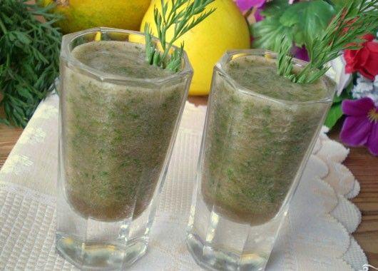 2. Зеленый коктейль. 150 г дыни, 150 мл воды, 1 пучок любой зелени. Дыню и зелень измельчить в блендере. Добавить воду.