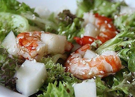 4. Салат с креветками. Листья салата — по вкусу, дыня — 200 г, креветки — 200 г, уксус — по вкусу, оливковое масло — 2  ст. л., кунжут — 1  ст.л. Отварить креветки, остудить и очистить. Дыню нарезать кубиками. Листья салата сбрызнуть уксусом. Добавить к ним дыню, полить оливковым маслом, сверху положить креветки и посыпать кунжутом.