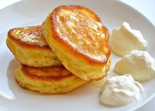 5. Сладкие оладьи. Патиссоны мелко нарезать, добавить 1-2 яйца., соду, соль и сахар, ванилин. Взбить блендером. Добавить муку. Жарить на растительном масле оладушки с двух сторон.