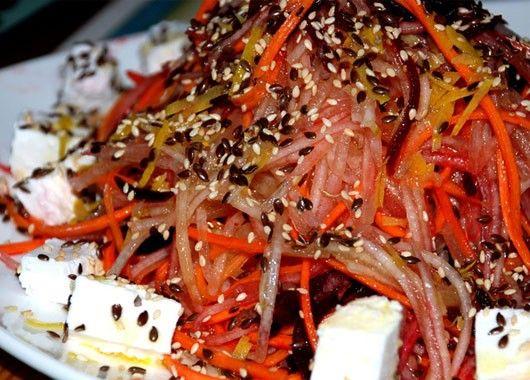 Витаминный салат. Натереть на терке для корейской моркови сырую свеклу, морковь, грушу. Заправить оливковыми маслом, соком апельсина. Посолить и поперчить. Перемешать.