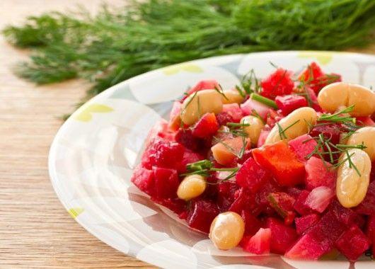 8. Нарезать свеклу, яблоки, лук. Перемешать с отварной фасолью. Посолить, заправить растительным маслом.