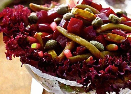 10. Нарезать яблоки, свеклу и корнишоны. Перемешать,добавить спаржу, заправить оливковым маслом. Подавать на листьях салата.