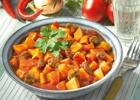 10. Нарезать мясо, посолить, обжарить на сковороде. Добавить тыкву, нарезанную кубиками, немного оды и томатной пасты. Тушить до готовности.