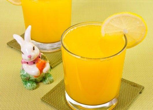 15. Тыкву натереть на мелкой терке. Из лимона выжать сок. Сахар вскипятить с 1 л воды. В воду с сахаром положить тыкву, довести до кипения и охладить. Добавить лимонный сок к тыкве. Массу взбить в блендере (или миксером).