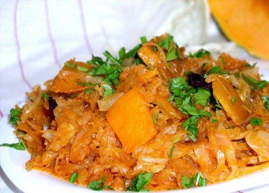 5. Обжарить лук с натертой морковью, добавить капусту и нарезанную тыкву, посолить, тушить до готовности.
