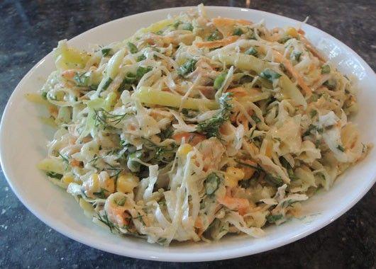 12. Салат с капустой. Нашинковать капусту и морковь, добавить куриное филе, порванное на волокна, консервированную кукурузу и зелень. Заправить майонезом.