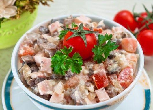 4. Салат с беконом и курицей. Обжарить ломтики бекона, снять со сковороды и мелко нарезать. Куриное мясо нарезать соломкой, помидоры пополам, яйца нарезать кубиками. Смешайте ингредиенты, добавить зелень, чеснок, соль, перец и майонез. Поставить в холодильник до подачи. Авокадо очистить, вынуть косточку и нарезать ломтиками. Выложить салат поверх листьев салата и украсить ломтиками авокадо.