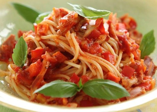 1. Макароны с курицей. Отварить макароны до готовности. Морковку натереть на крупной терке, лук мелко нарезать. Вареную курицу нарезать мелко. На масле пассеровать лук около 5 минут, пока он не станет прозрачным. Добавить к нему морковку и курицу, обжарить несколько минут. Затем добавить томатную пасту, влить несколько ложек бульона или воды. Посолить, поперчить и добавить лавровый лист. Тушить 10 минут. Добавить в сковороду макароны. Все хорошо перемешать.