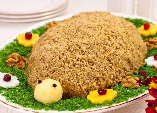 2. Салат Черепаха. Отваренный картофель натереть на крупной терке. Куриную грудку, лук, яйца, маслины, ананасы мелко порезать. Грецкие орехи измельчить. Выложить салат слоями в следующем порядке: картофель - майонез - лук - курица - майонез - маслины - яйца - майонез - ананасы. Посыпать салат грецкими орехами.