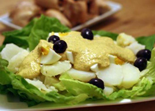 15. Картофель по-уанкайнски. Сварить картофель, каждый клубень разрезать на 4 части. Для приготовления соуса печенье, молоко, сыр, чеснок, куркуму и перец смешат в блендере, добавить туда растительное масло. Выложить ломтики картофеля на блюдо, залив сверху соусом. Украсить вареным яйцом, салатом, маслиной и веточкой петрушки.