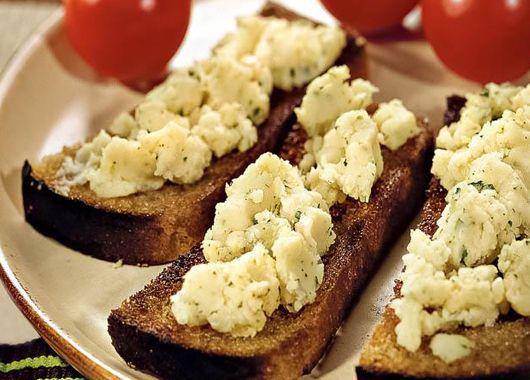 7. Картофельная закуска. Отварной картофель размять толкушкой, добавив измельченный чеснок и укроп. Перемешать с растительным маслом и соком лайма. Подавать на гренках.