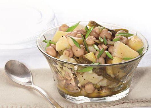 6. Салат с шампиньонами. Корнишоны, маринованные шампиньоны и картофель нарезать. Заправить растительным маслом, посыпать зеленым луком.