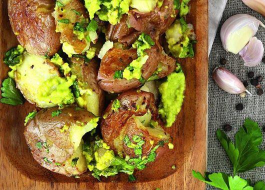4. Печеный картофель с соусом из авокадо. Отварить картофель в кожуре. Авокадо с чесноком измельчить в блендере. Добавить сок лимона, поперчить, посолить. Взбить с добавлением оливкового масла. Картофель выложить на противень, надавить на каждый стаканом, чтобы он лопнул. Полить соусом и запечь в духовке.