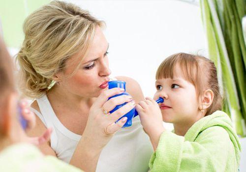 В сезон эпидемий промывайте нос ребенка после возвращения из людных мест растворами на основе морской соли.
