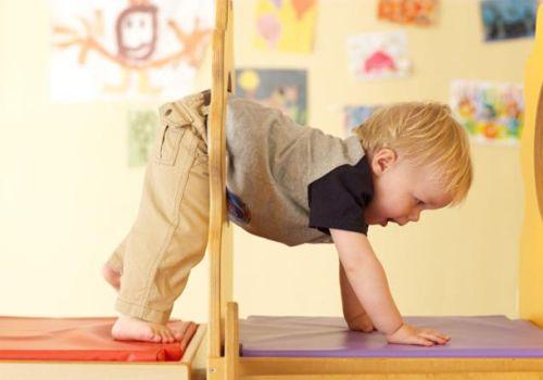 Будьте примером для малыша. Не ленитесь делать вместе с ним зарядку, обтирайтесь влажным полотенцем – тоже вместе!