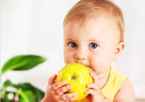 Организуйте правильное питание. Рацион ребенка должен содержать как можно больше витаминов и минеральных веществ, антиоксидантов. Где их взять? Они присутствуют в овощах, фруктах, рыбе, кисломолочных продуктах и чистой питьевой воде.