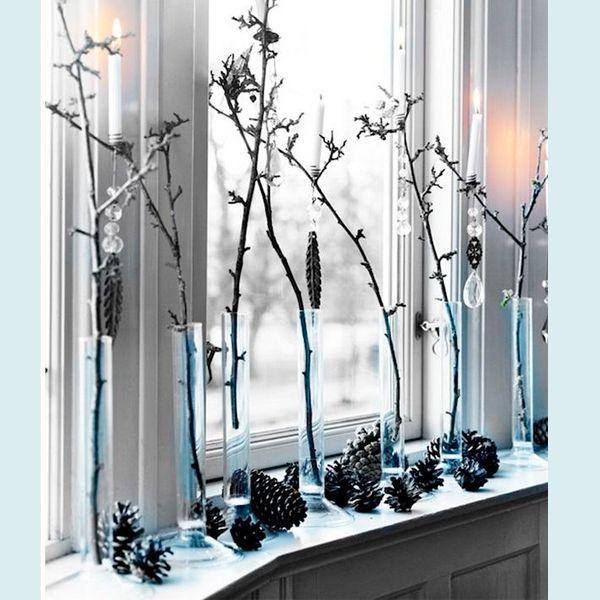 Если расставить в одинаковые вазы растения, контрастирующие по цвету с окнами, то это придаст помещению долю аскетичность. Усилят эффект крупные шишки.