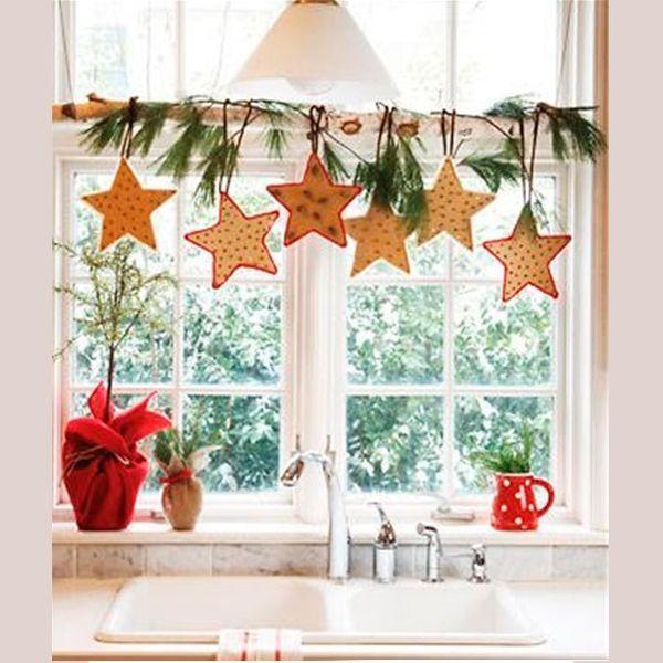 Звезда - один из символов Нового года. Украсьте окно композицией из золотистых звезд и сосновых веток.