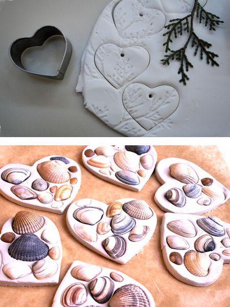 Для изготовления елочных игрушек своими руками из соленого теста подойдет также природный материал: веточки, ракушки, листочки с толстыми прожилками. Такие игрушки смотрятся очень изысканно.