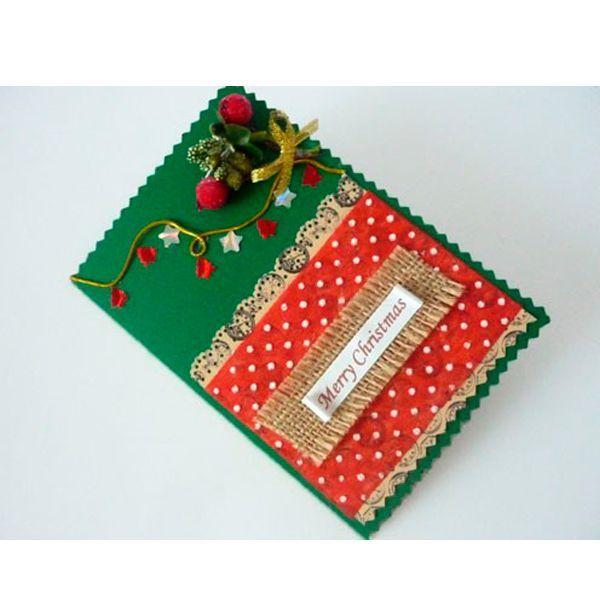 Для изготовления открытки своими руками нам понадобятся: картон зелёного цвета 20х15 см; скрапбумага в коричневых и красных тонах; мешковина; голограммная бумага; золотистая верёвочка или резинка; золотистая акриловая лента; искусственный декор; поздравительная надпись; фигурные ножницы; фигурный дырокол-бордюр; дыроколы с разными фигурками (звёздочки, ёлочки) или уже готовый декор; ножницы; клеевой пистолет; линейка; карандаш.