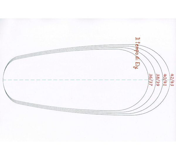 Деталей выкраивается всего две: деталь верха и деталь низа (подошва), при крое учитывается индивидуальный размер ноги.