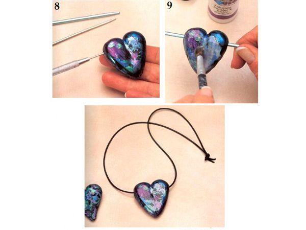 Приложите блестящий лист к сердечку. Оберните им сердечко, делая треугольные срезу по бокам так, чтобы лист плотно прилегал к сердечку. К затылочной части сердечка приклейте сердце меньшего размера.