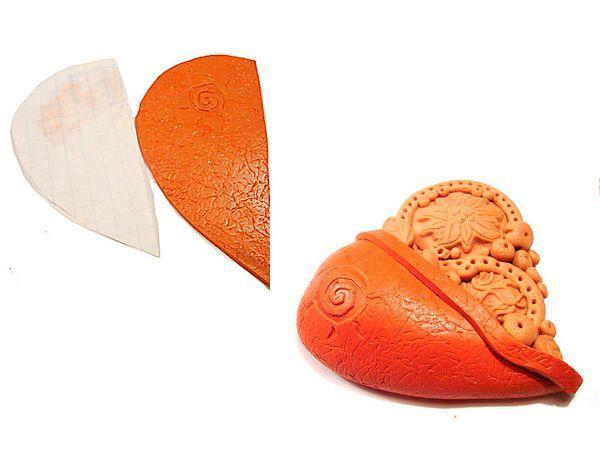 Раскатать рыжий пластик в пласт толщиной около одного миллиметра. Для имитации рисунка кожи мы будем использовать аллюминевую  фольгу. Фольгу смять и расправить. Помятую фольгу, наложить на пласт рыжего пластика и слегка прикатать скалкой (роллером). Фольгу  аккуратно отсоединить от пластики.