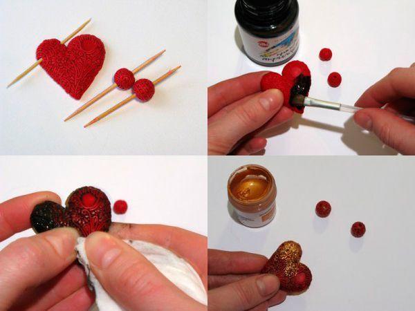 Начинайте оформлять страз в виде цветка отрезками колбасок и маленькими нарезанными кусочками. Продолжайте оформлять все сердце так, чтобы не оставалось пустого места. Дополнительно оформите две небольшие бусины. Покройте кулон густо и тщательно черной акриловой краской. Пока краска не успела высохнуть, сотрите ее с поверхности с помощью влажной салфетки.