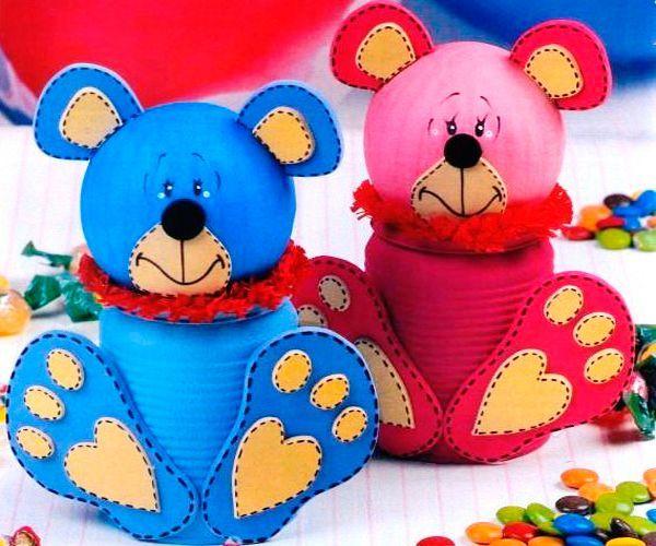 Для того чтобы создать такую поделку для детей, понадобится жестяная банка, шар из пенопласта или другого материала, клей, акриловые краски, фломастер, ткань.