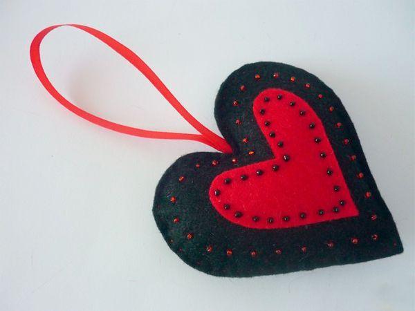 Такое сердечко из фетра, ленты и бисера станет праздничным украшением помещения или милым дополнением к подарку.