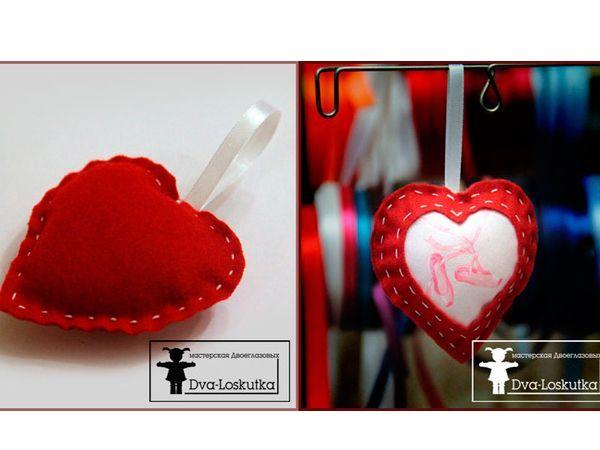 Для того, чтобы самим сделать валентинки вам потребуется совсем немного времени, при этом обладать какими-то специальными навыками вовсе не нужно. Понадобится фетр, ткань, лента, набивка, нитки, иголка и ножницы.