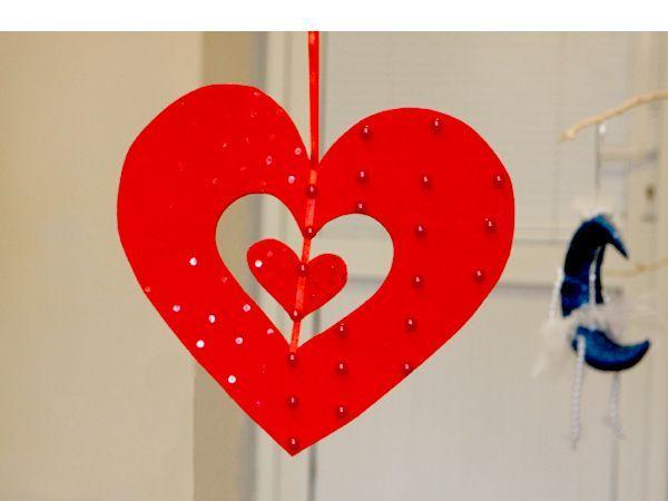 Такое сердечко может стать частью праздничного интерьера. После окончания праздника его можно повесить в машине, например. Материалы: фетр, атласная лента, бусинки, пайетки, клей или клеевой пистолет.