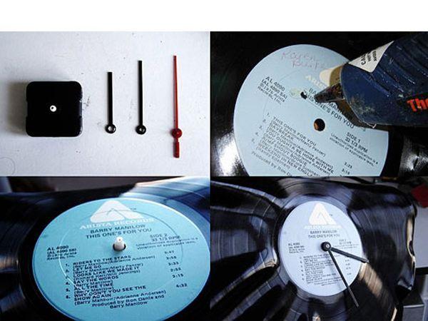 Разбираем дешёвые настенные часы, отделяя механизм и стрелки. При помощи клея к задней части пластинки прикрепляем механизм.