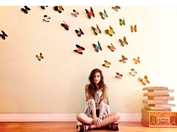 Сделать бабочек из виниловых пластинок легко. Для этого понадобятся: виниловые пластинки; мелок или цветные карандаши белого и черного цветов; шаблоны бабочек; ножницы.