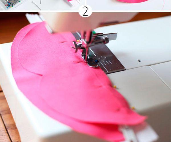 Закрепите молнию булавками. Старайтесь практически совместить край ткани с началом зубчиков, чтобы спрятать лишнюю область. Сшейте детали на швейной машинке, делая небольшой отступ.