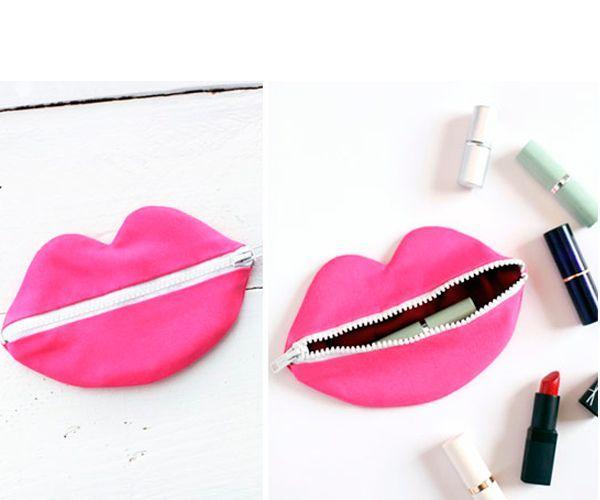 Для хранения косметики можно сшить своими руками очень позитивную косметичку в виде губ. Возьмите ткань желаемого цвета, а также молнию.