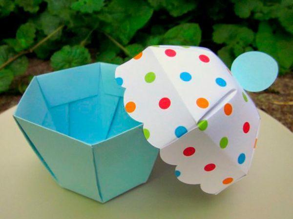 Коробочка в виде кекса может служить упаковкой для подарка девушке или ребенку.