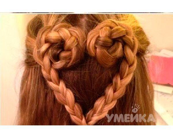 Сердечко из волос сделать очень просто. Отделите верхнюю часть волос, закрепите резинкой.